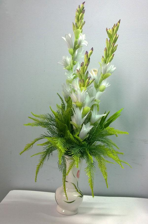 Lọ hoa huệ trắng cắm trong bình sứ rất đẹp