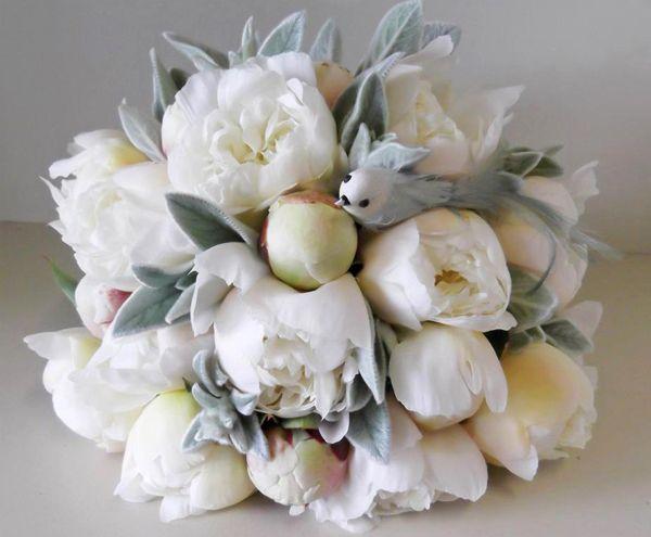 Một bó hoa mẫu đơn trắng khoe sắc
