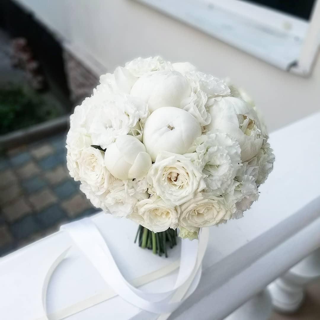 Bó hoa hồng trắng làm hoa cưới