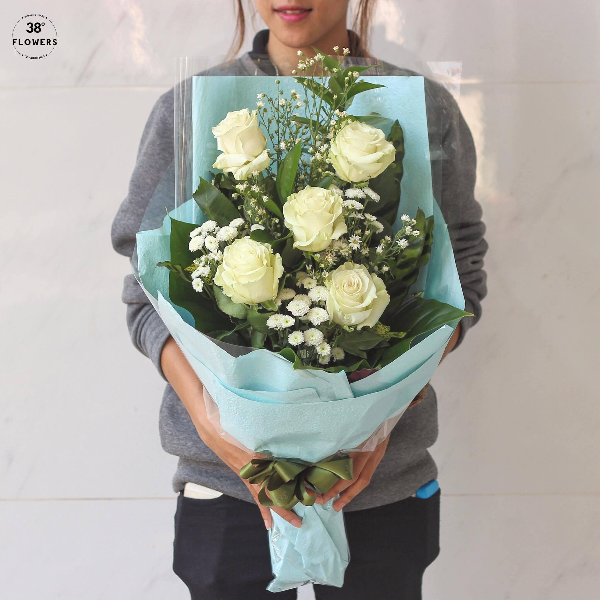 Bó hoa hồng trắng làm thành bó cực đẹp