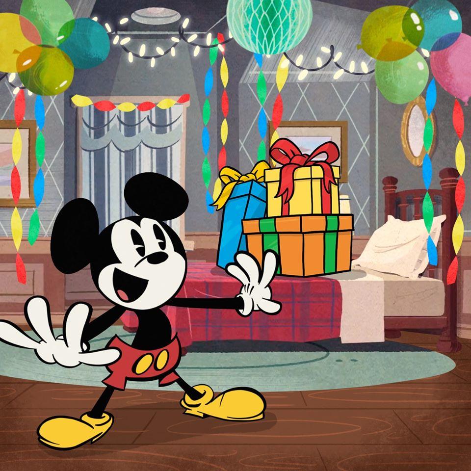 Chú chuột Mickey bất ngờ với món quà ở trên giường ngủ