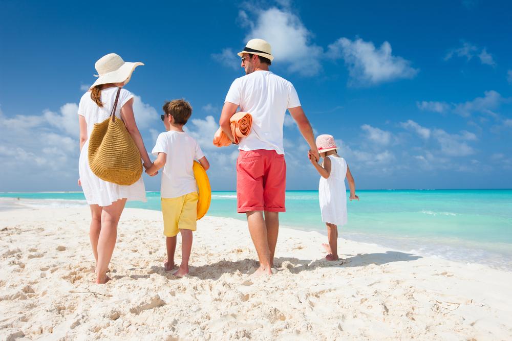 Gia đình cùng nhau đi tắm biển vào mùa hè