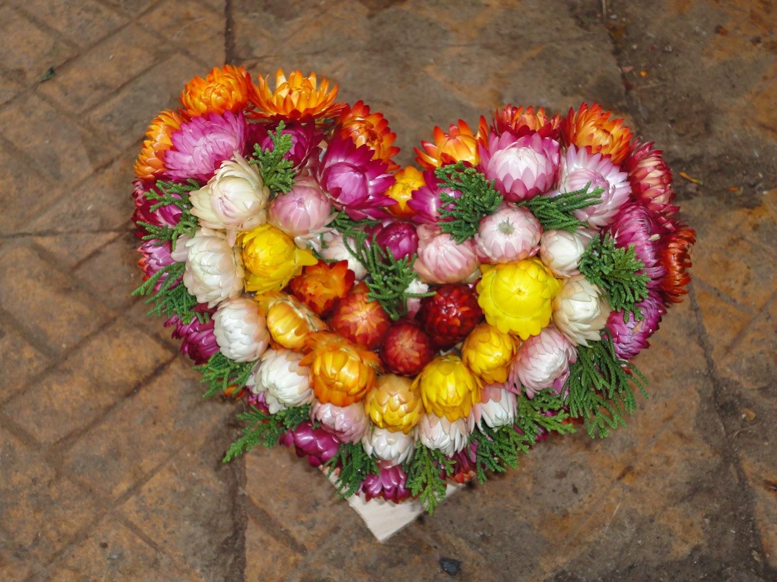Hoa bất tử kết lại thành một hình trái tim cực đẹp