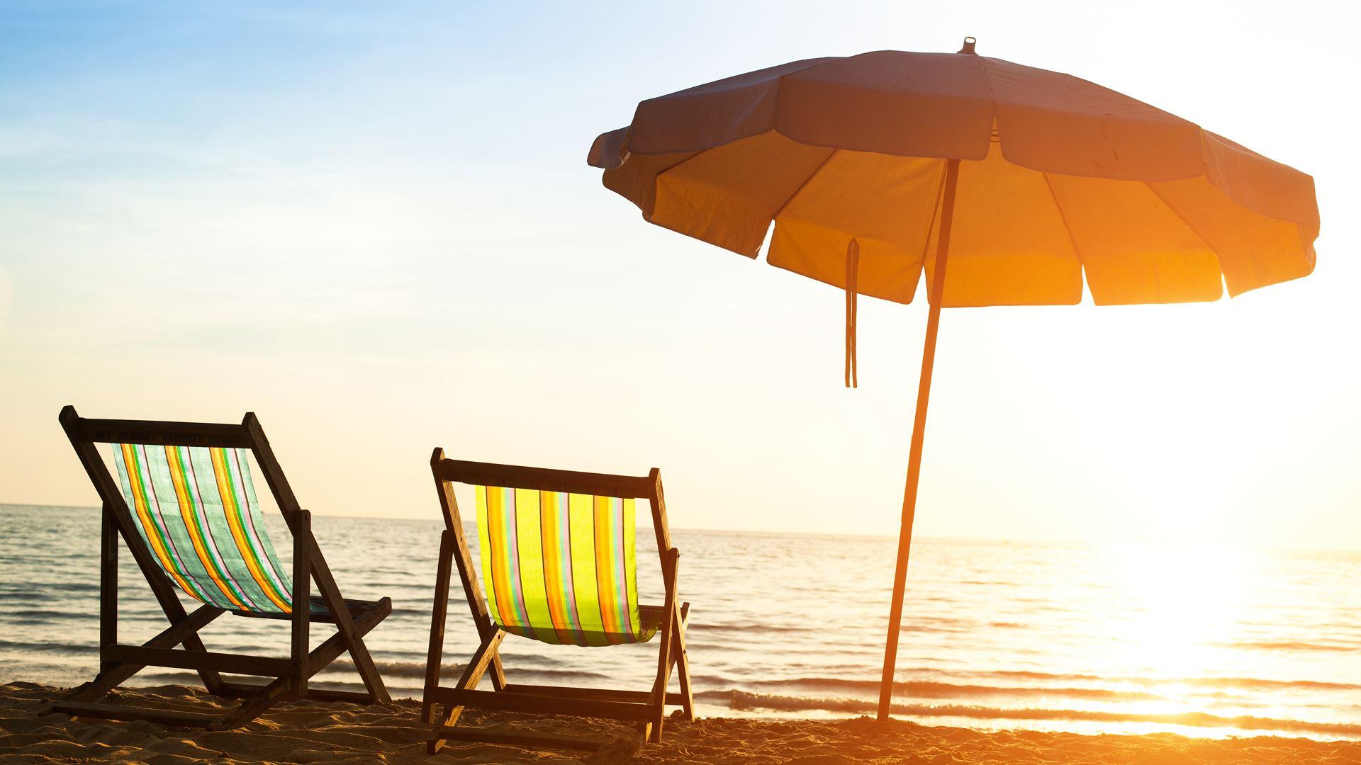 Nắng vàng chiếu trên bãi biển mùa hè