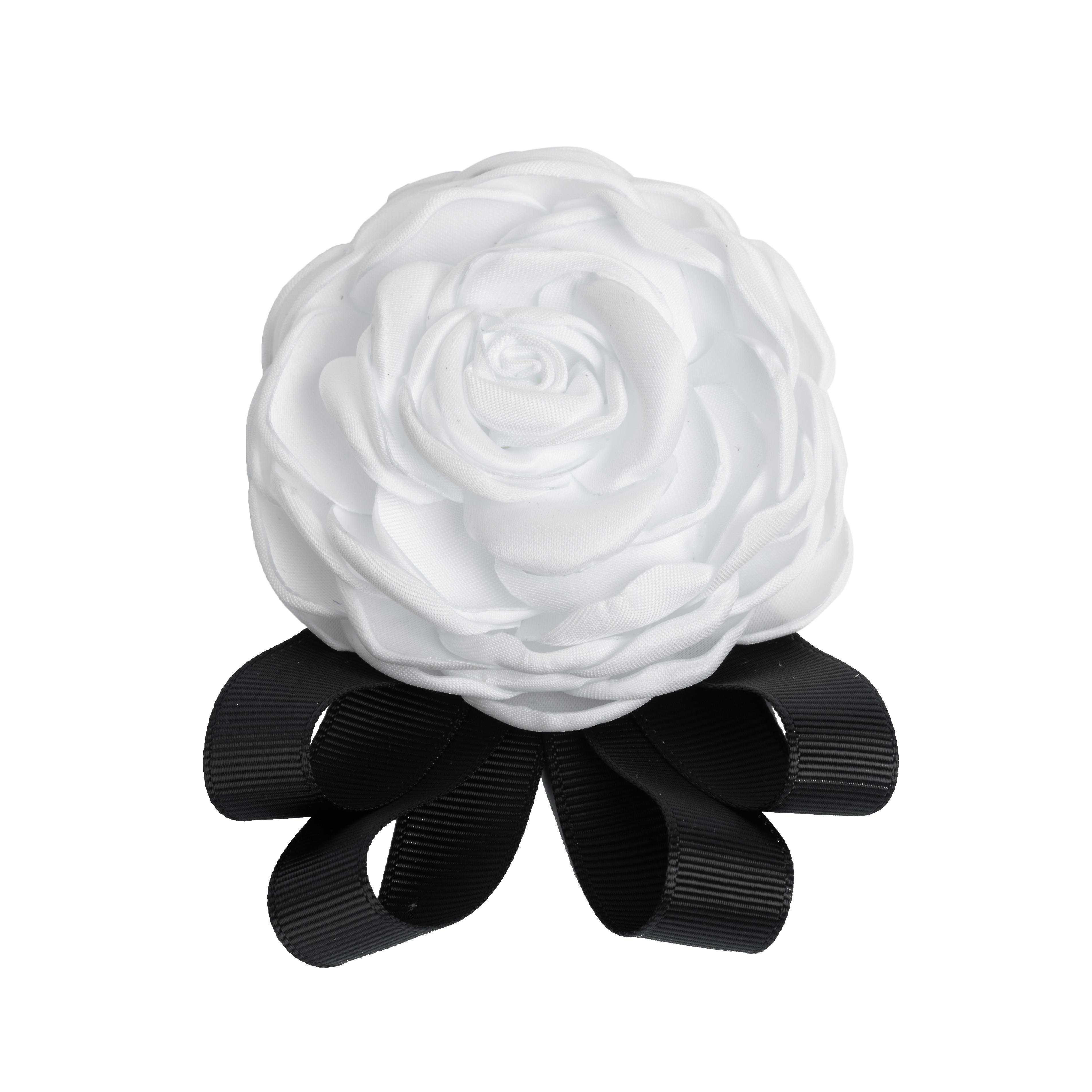 Phụ kiện cài áo hoa hồng trắng trông rất quý phái