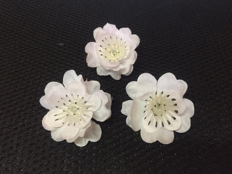 Bông hoa mai trắng giả trông như thật