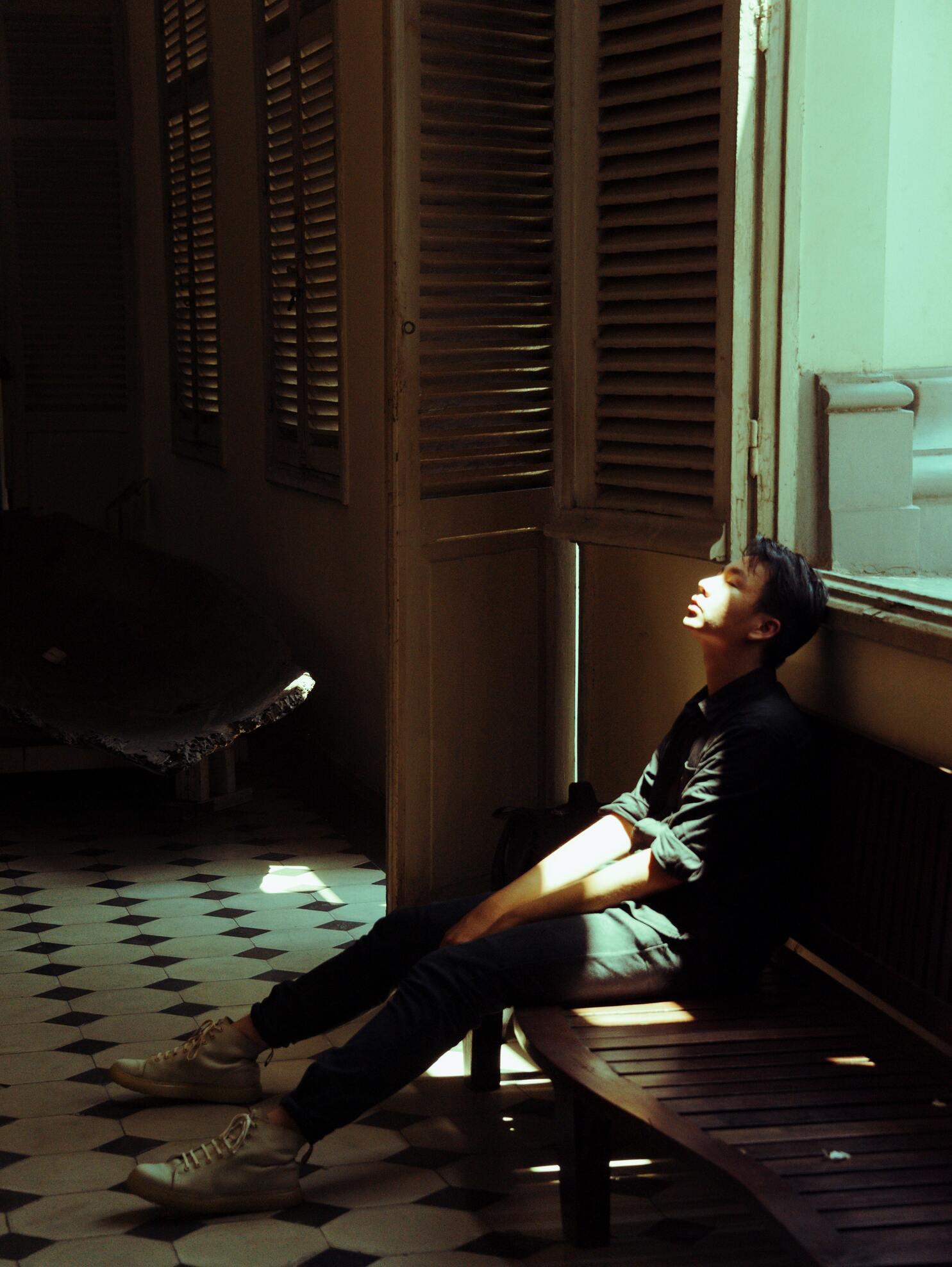 Hình ảnh chàng trai buồn và cô đơn