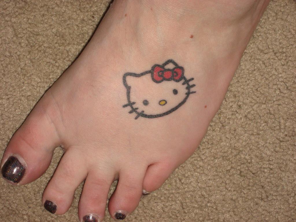 Hình xăm Hello Kitty ở bàn chân đẹp nhất