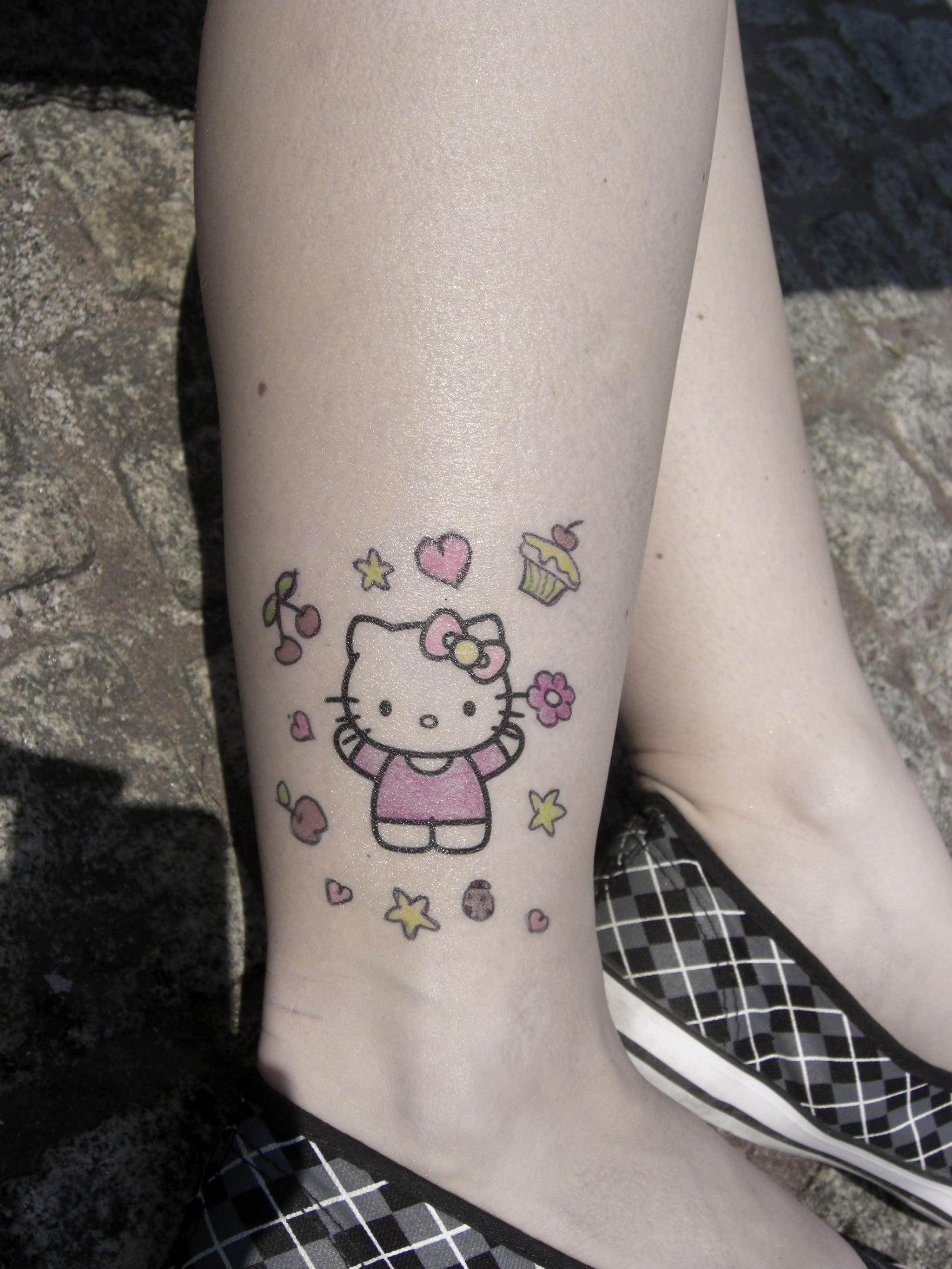 Hình xăm Hello kitty ở bắp chân