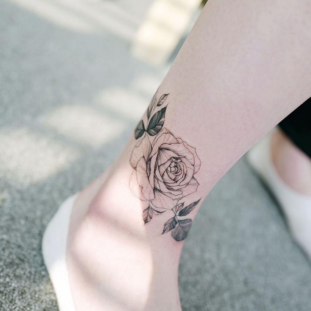 Hình xăm hoa hồng ở mắt cá chân