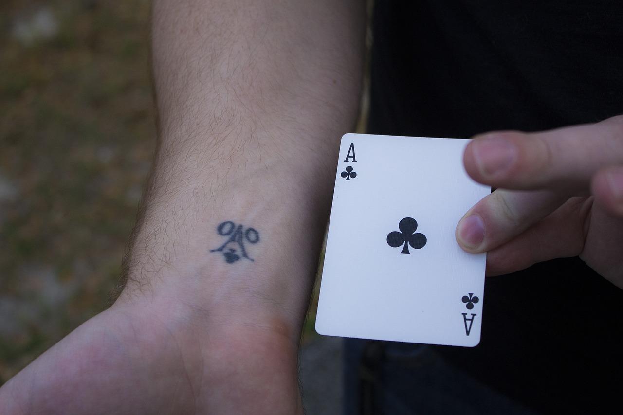Hình xăm lá bài ở tay đẹp và ấn tượng nhất