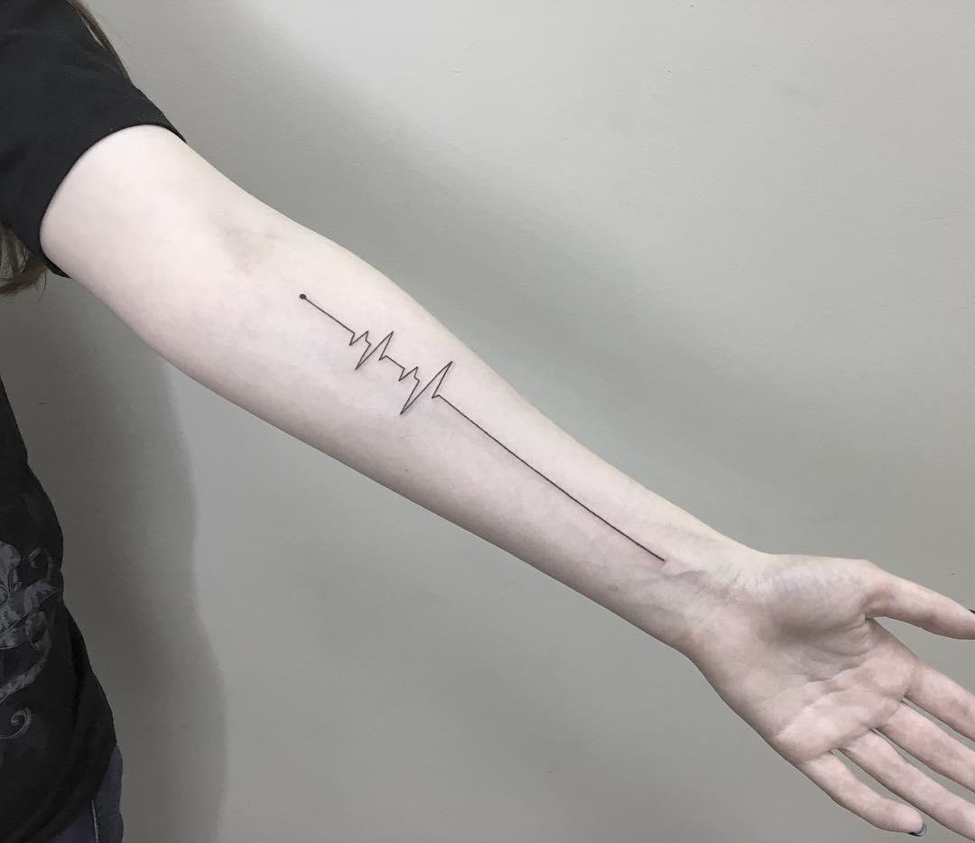 Hình xăm nhịp tim ở cánh tay