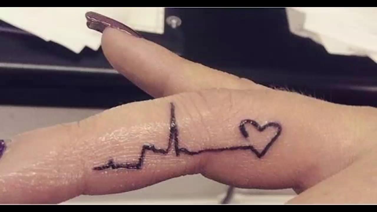 Hình xăm nhịp tim ở ngón tay