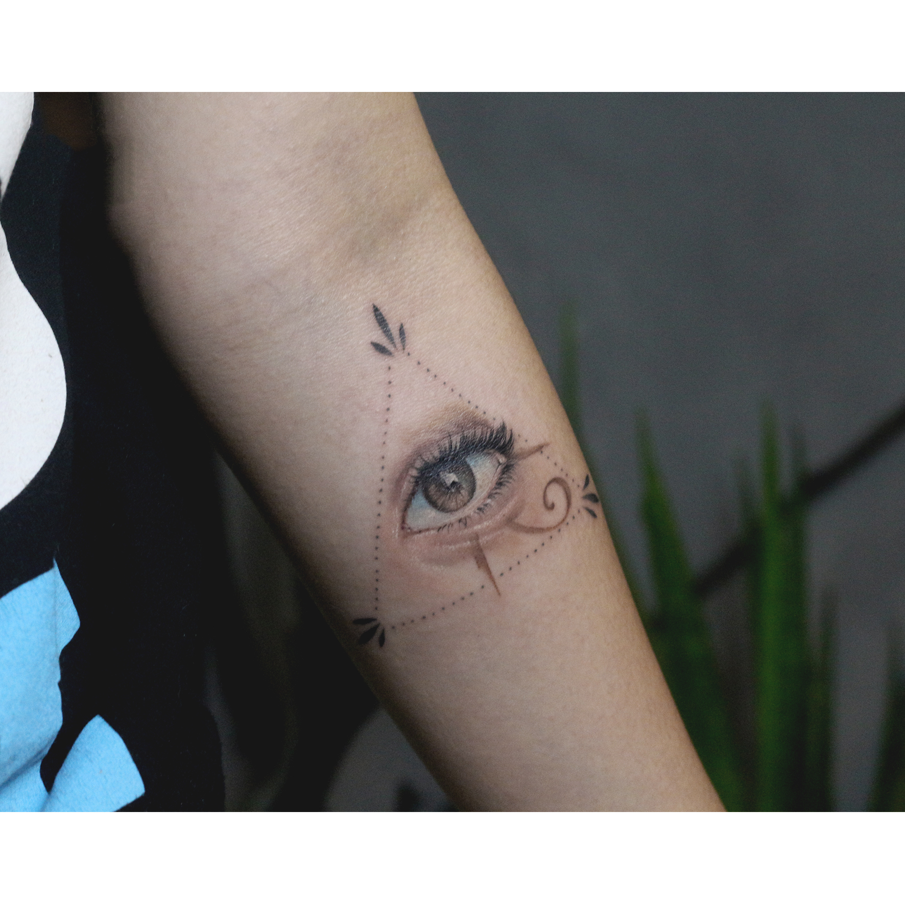 Tattoo con mắt sau gáy đẹp nhất