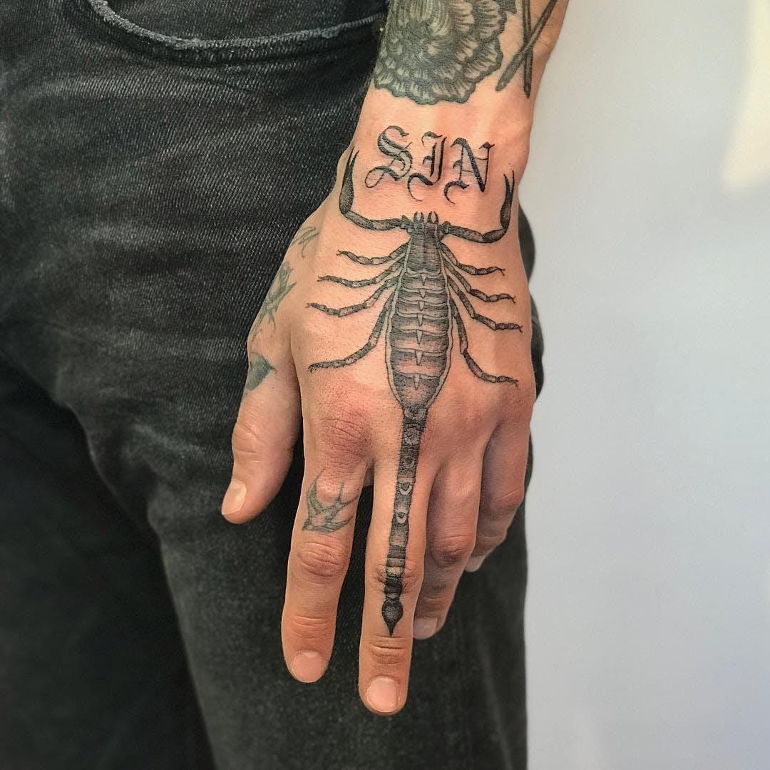 Xăm hình bọ cạp ở tay