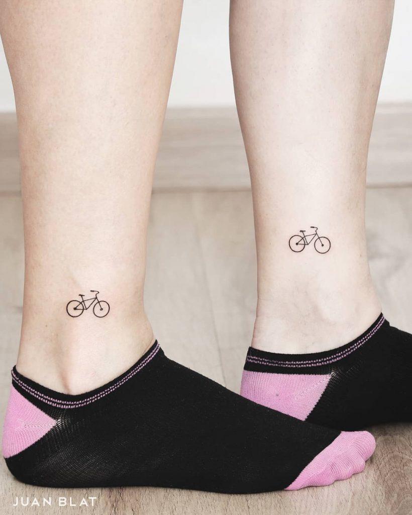 Xăm hình chiếc xe đạp mini ở mắt cá chân