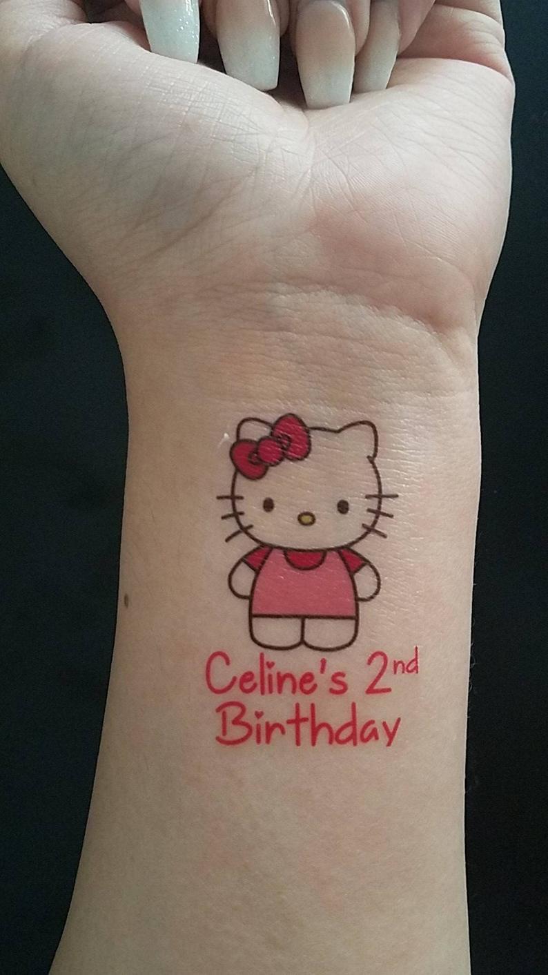 Xăm hình Hello Kitty và chữ ở cổ tay đẹp nhấy