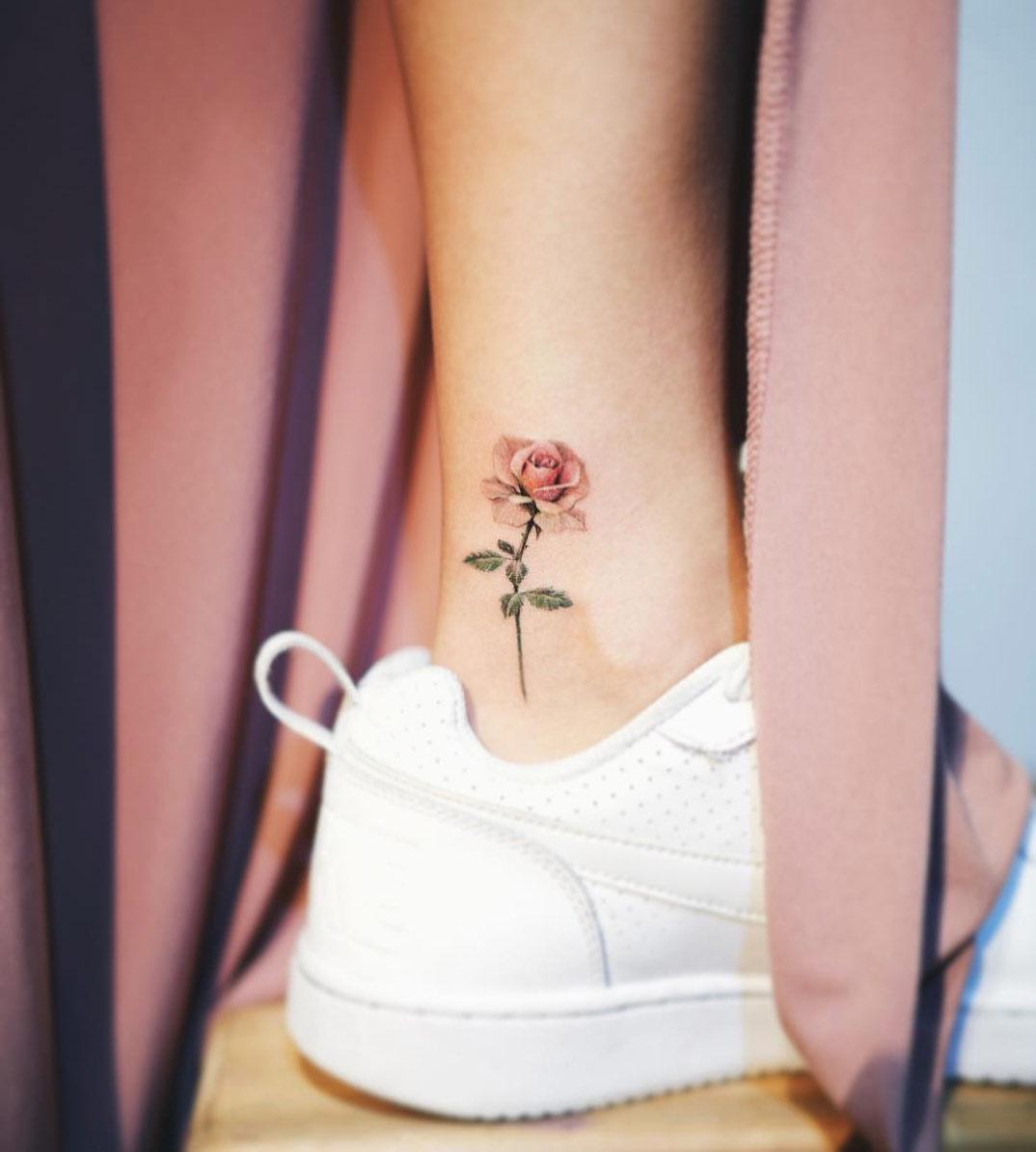 Xăm hình hoa hồng đơn giản nhất ở mắt cá chân