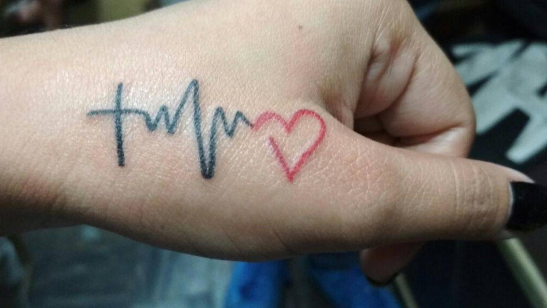 Xăm hình nhịp tim ở xương quai xanh