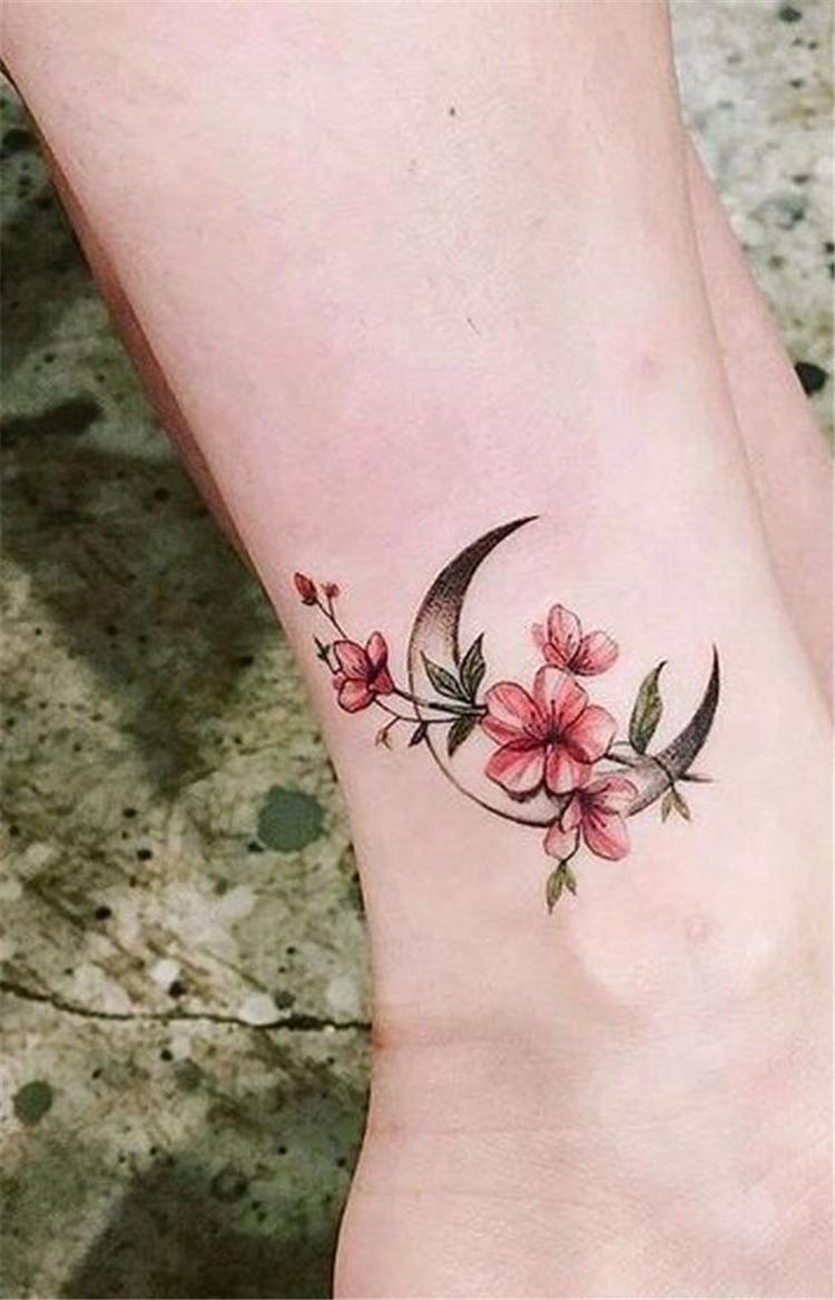 Xăm hình những bông hoa nhỏ ở mắt cá chân
