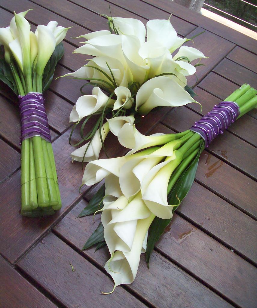 Bó hoa loa kèn trắng hình ảnh cầm tay cô dâu đẹp nhất