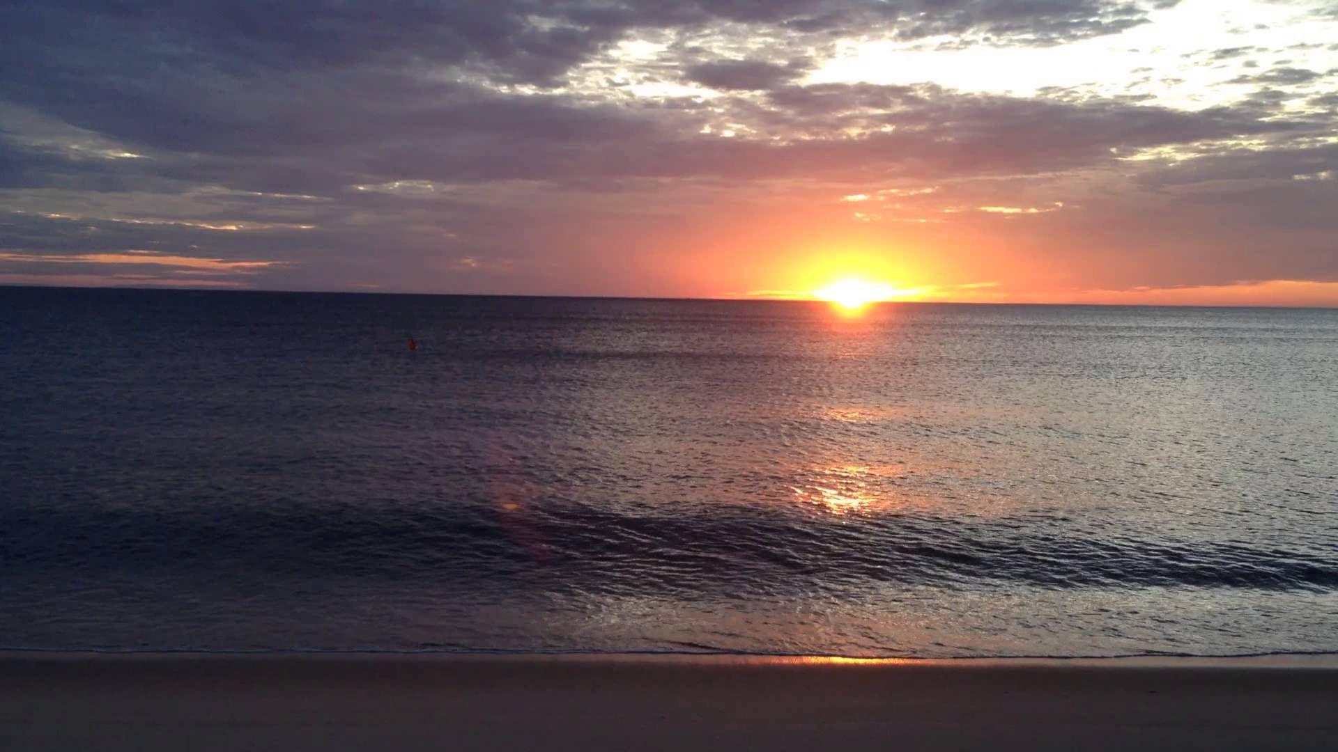 Ánh bình minh lên khi mặt trời đi qua đường chân trời biển xa