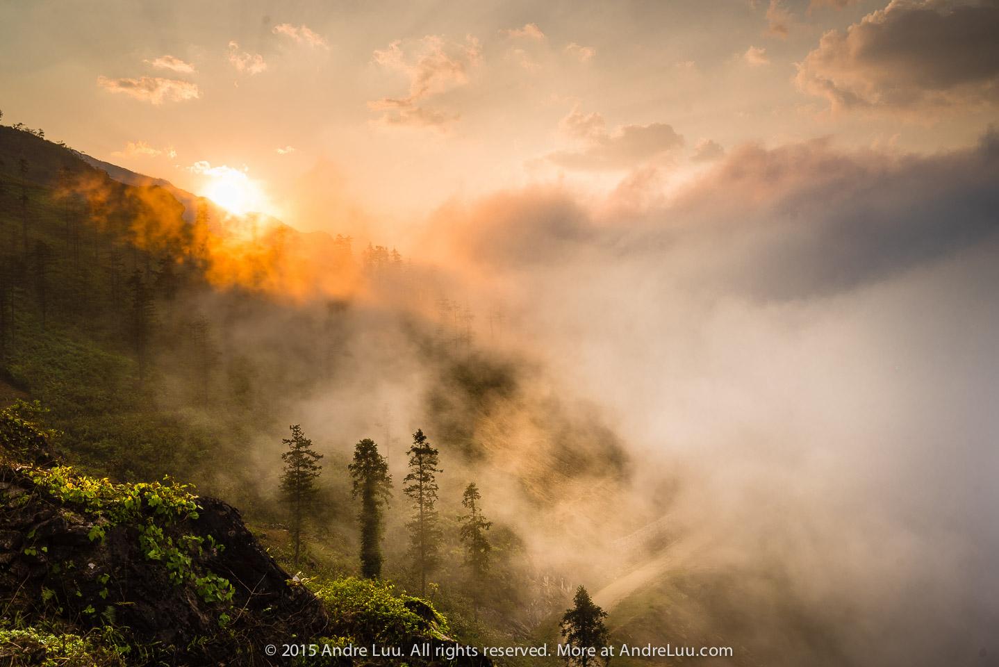 Bình minh lên và sương mù trắng núi