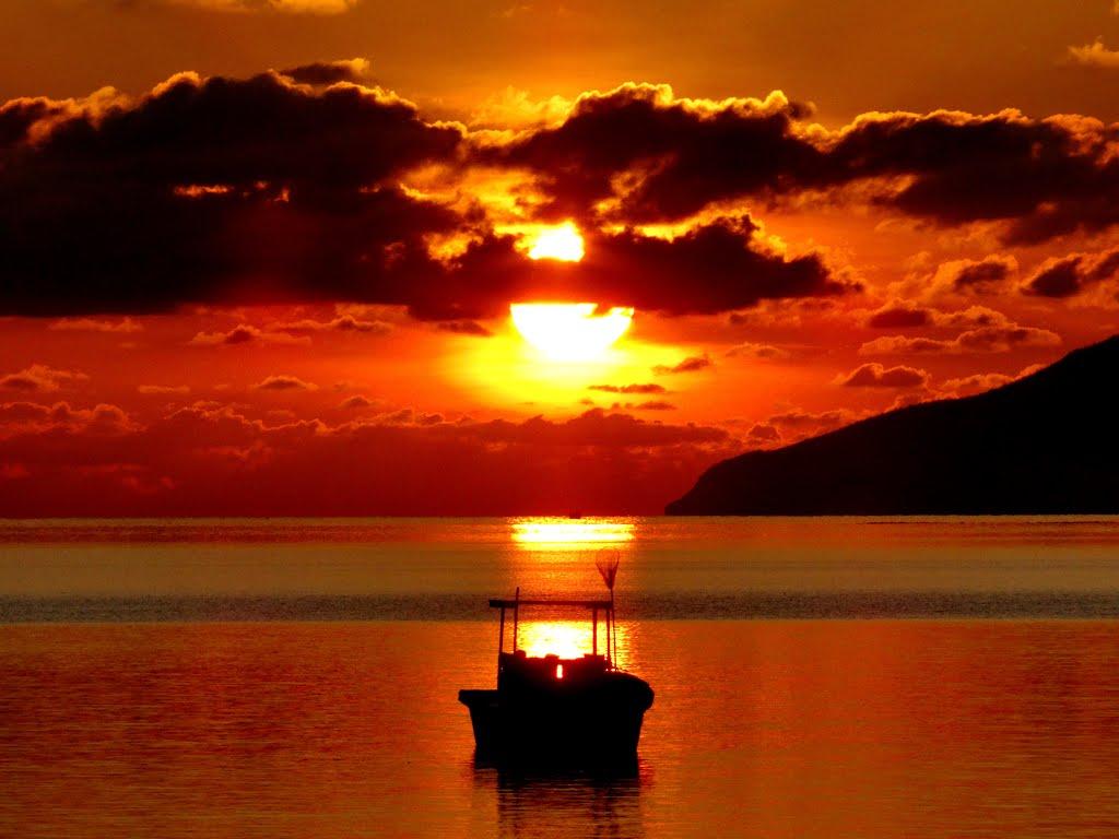 Bình minh thật đẹp cùng chiếc thuyền ngoài xa