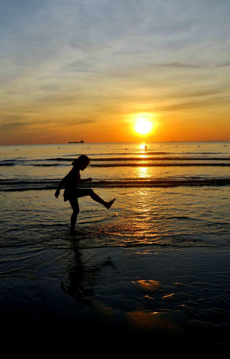 Chơi đùa trên bãi biển Cửa Lò khi bình minh lên