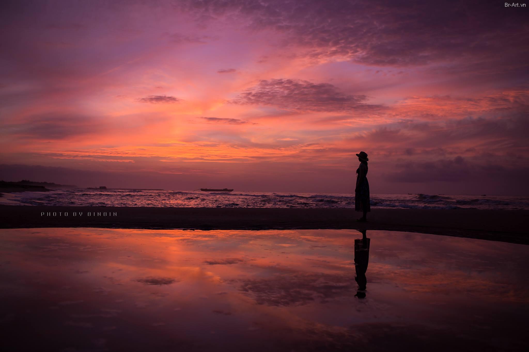 Em một mình ngắm nhìn cảnh bình minh