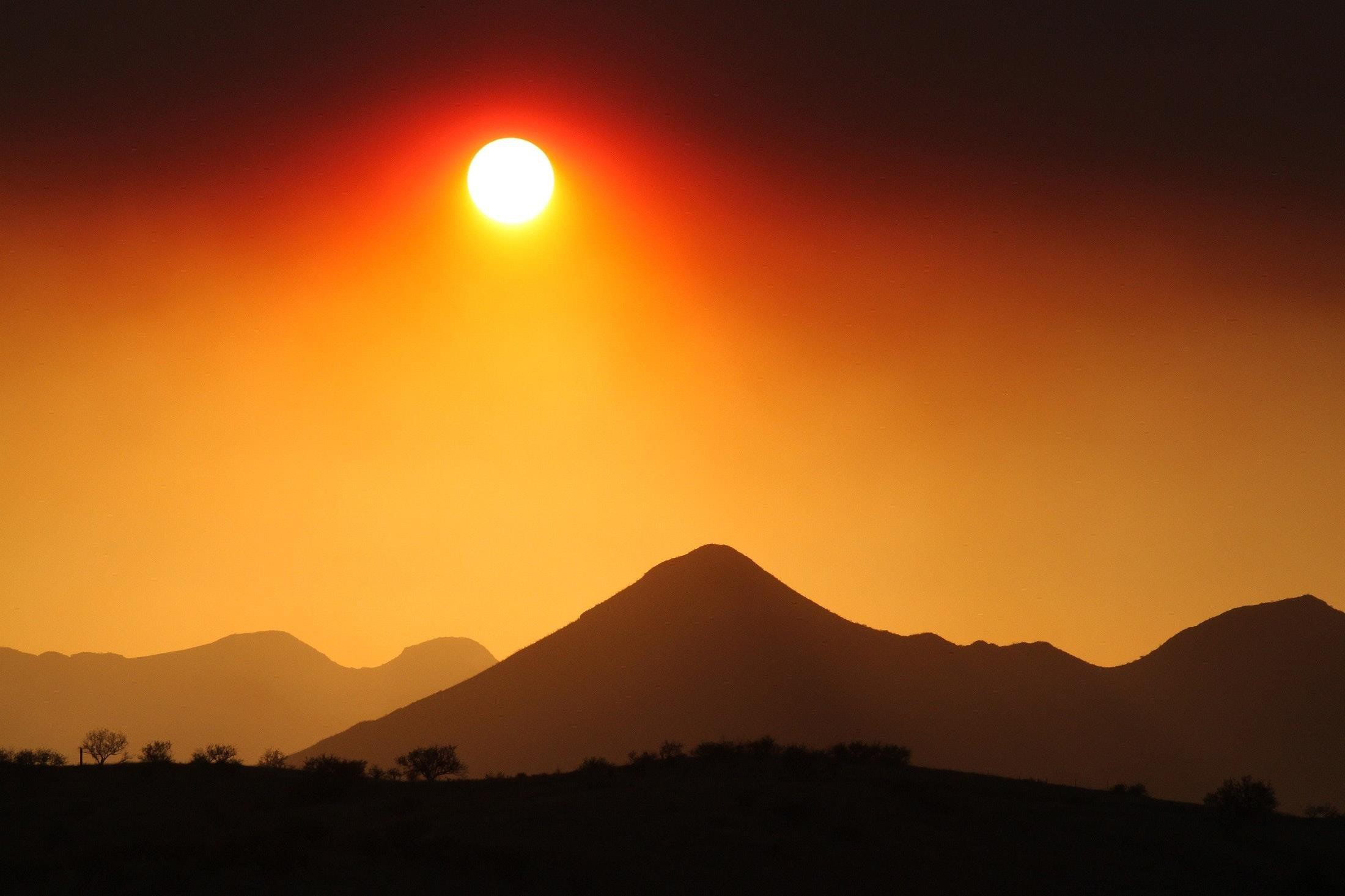 Hình ảnh bình minh cực kỳ đẹp trên rặng núi xa