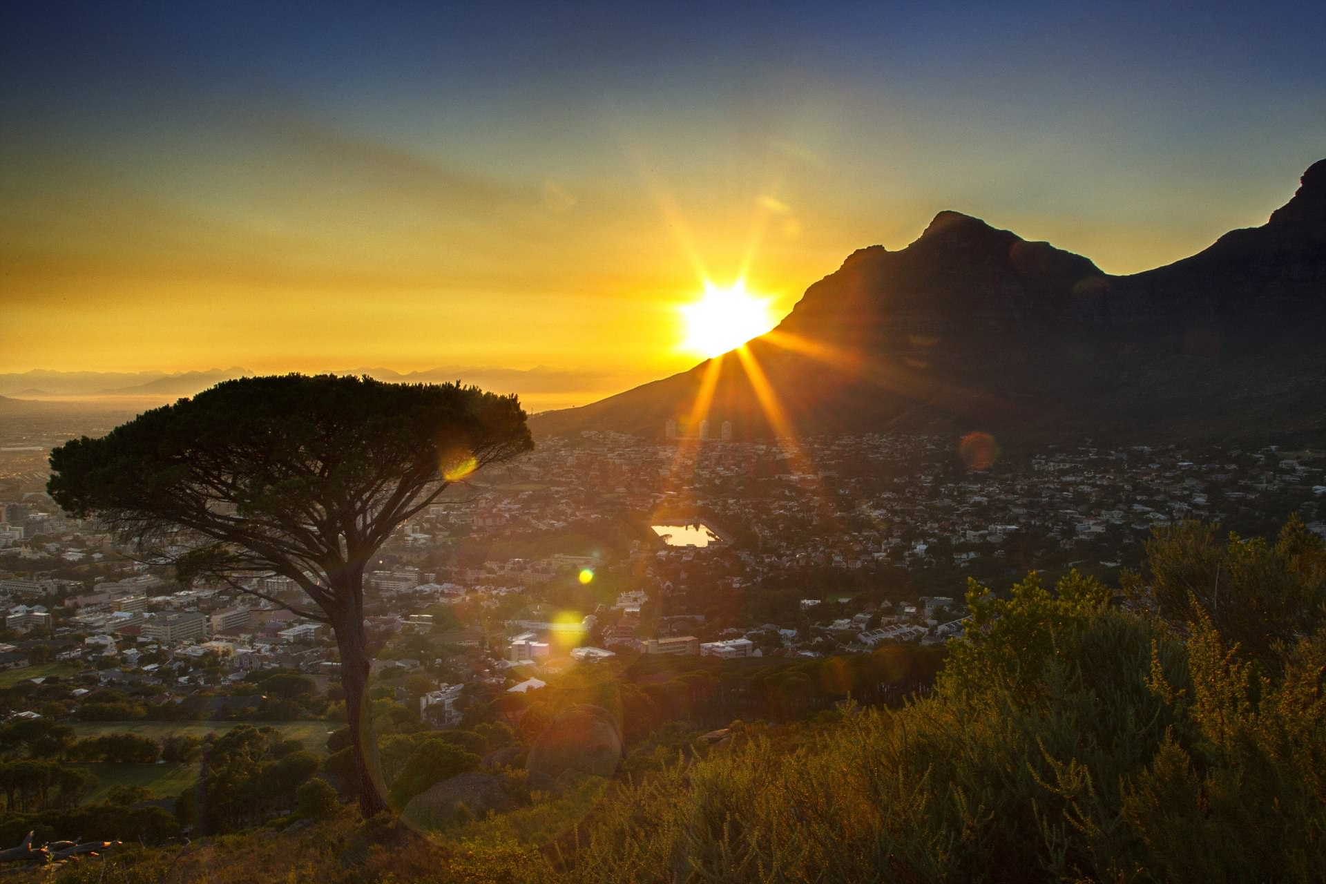 Hình ảnh bình minh trên rặng núi xa