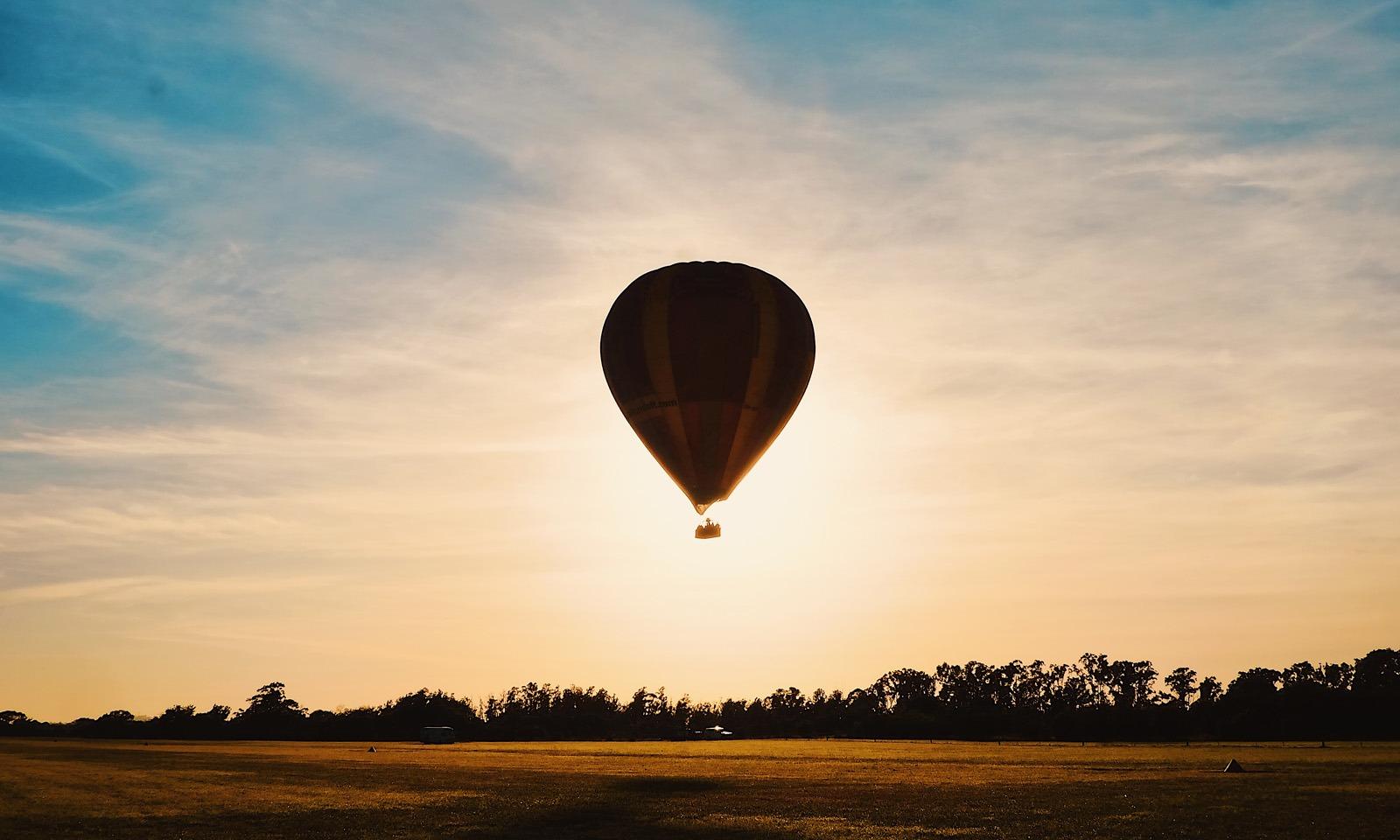 Hình ảnh bình minh và khinh khí cầu ngắm bình minh