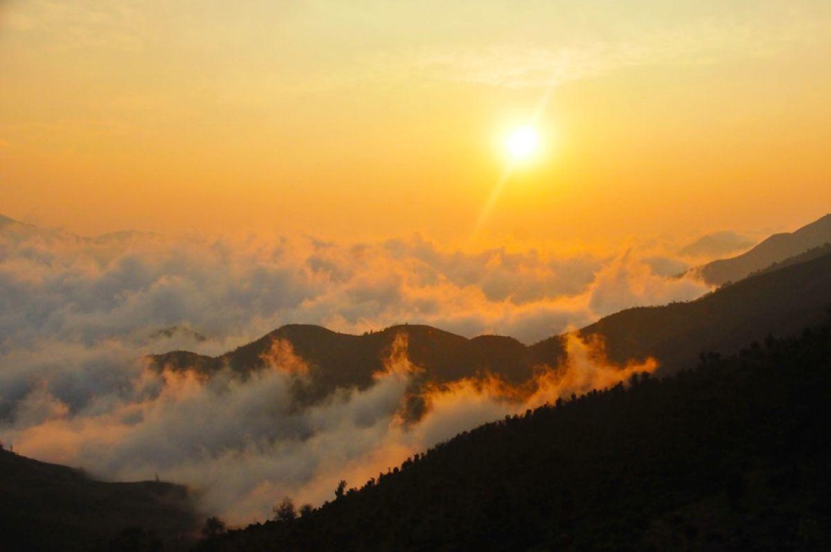 Ngắm ánh bình minh trên núi cao