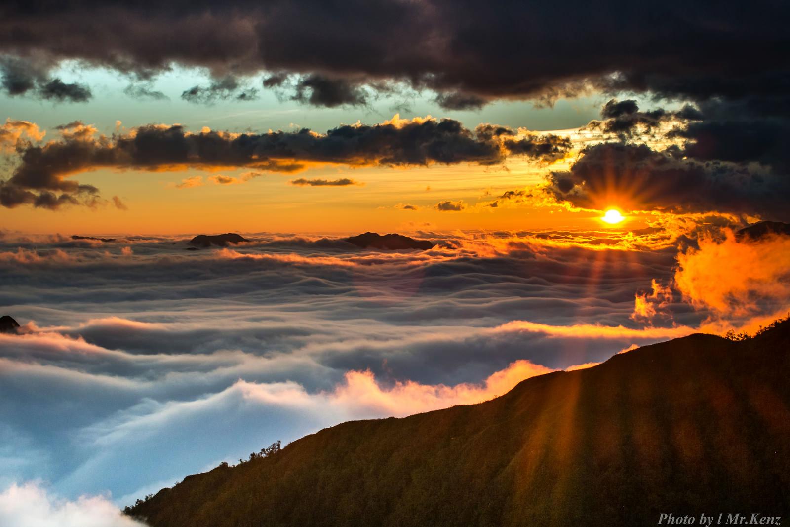 Ngắm bình minh chiếu phía trên biển mây