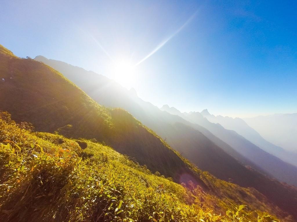 Ngắm cảnh bình minh trên núi
