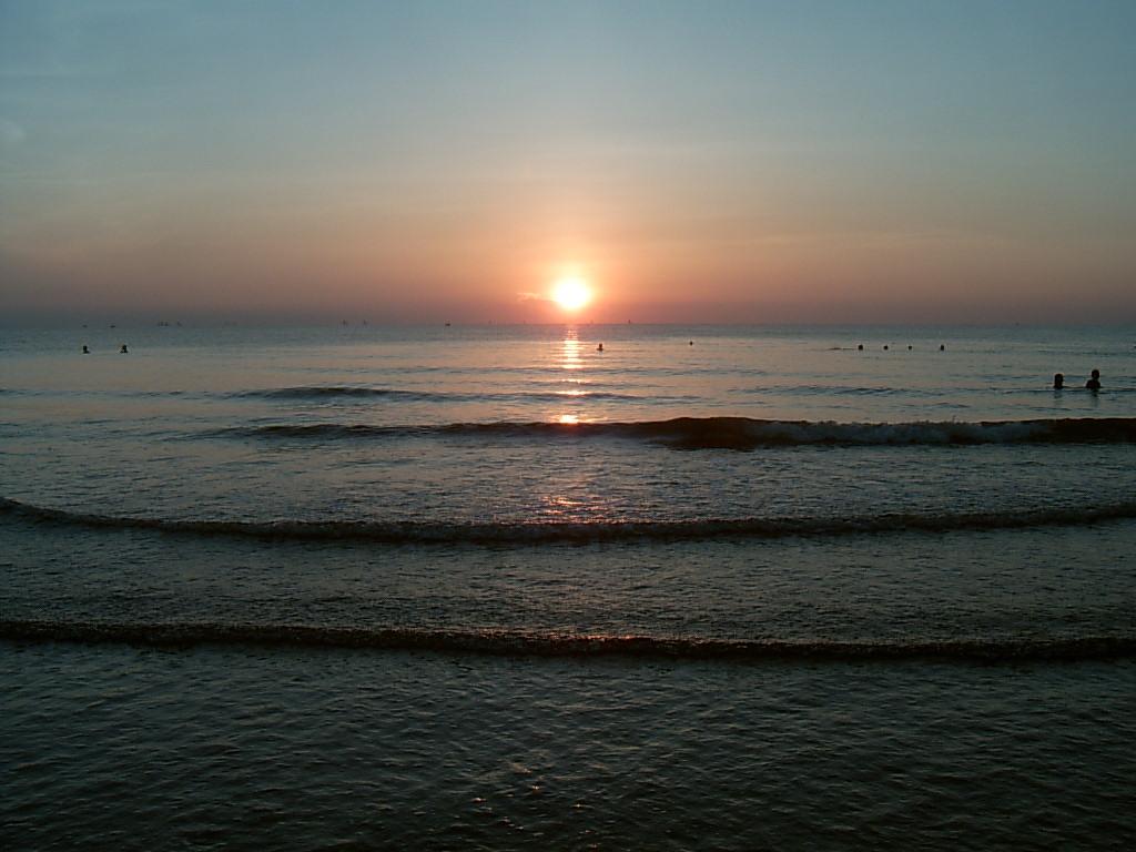 Ngắm sóng vỗ bờ ngắm bình minh lên