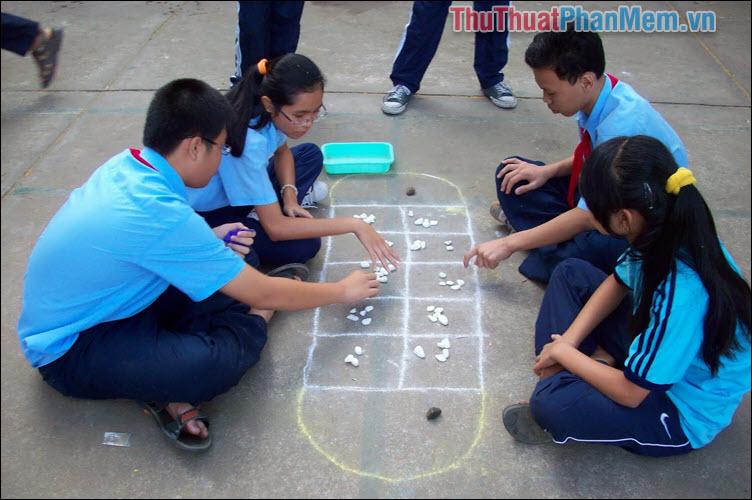 Bắt đầu trò chơi, người chơi sẽ tiến hành oẳn tù tì đê xác định lượt chơi của mình