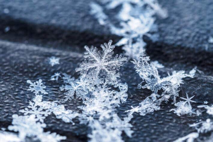 Hình ảnh bông tuyết rơi trên thềm