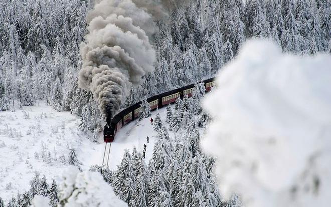 Hình ảnh đoàn tàu trong tuyết rơi
