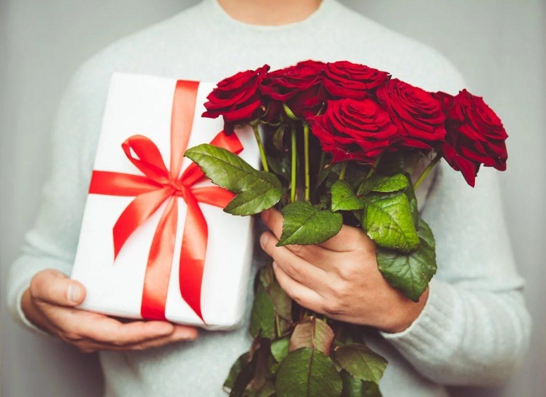 Ảnh động chúc mừng ngày mùng tám tháng ba hoa và quà