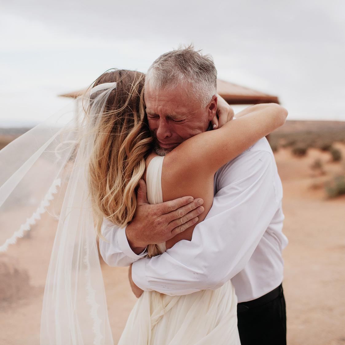 Bức ảnh cha ôm con gái khóc trong ngày cưới