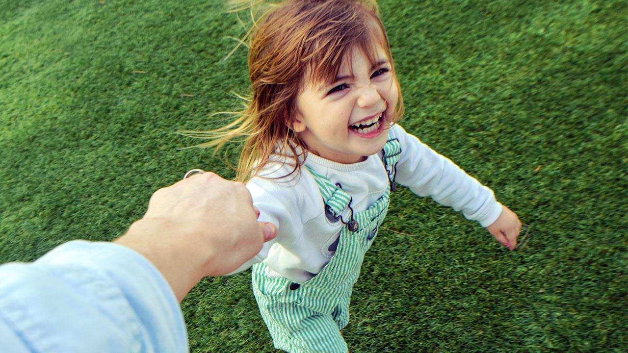 Hình ảnh bé gái dắt tay nhau cười tung tăng