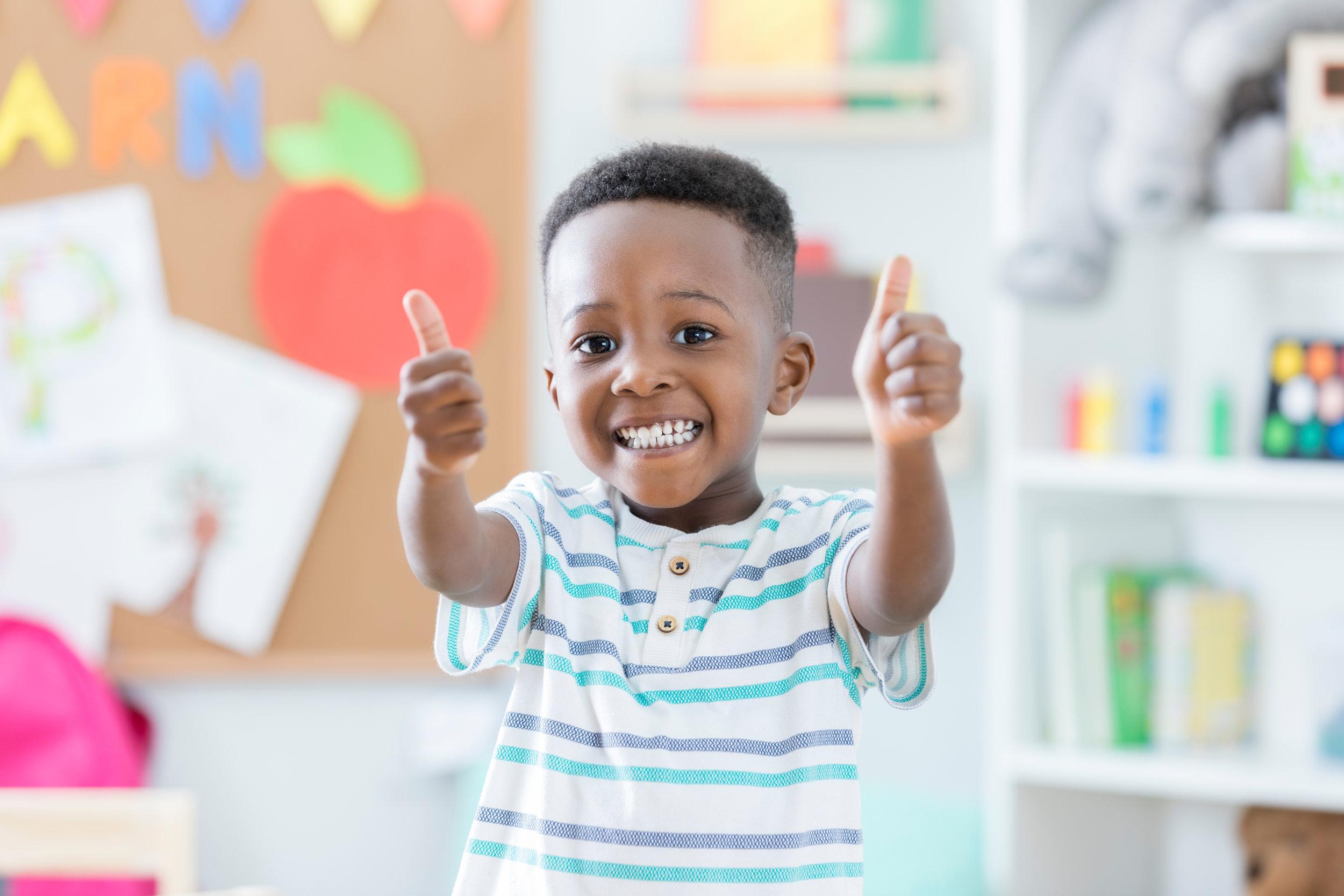Hình ảnh cậu bé da đen đáng yêu