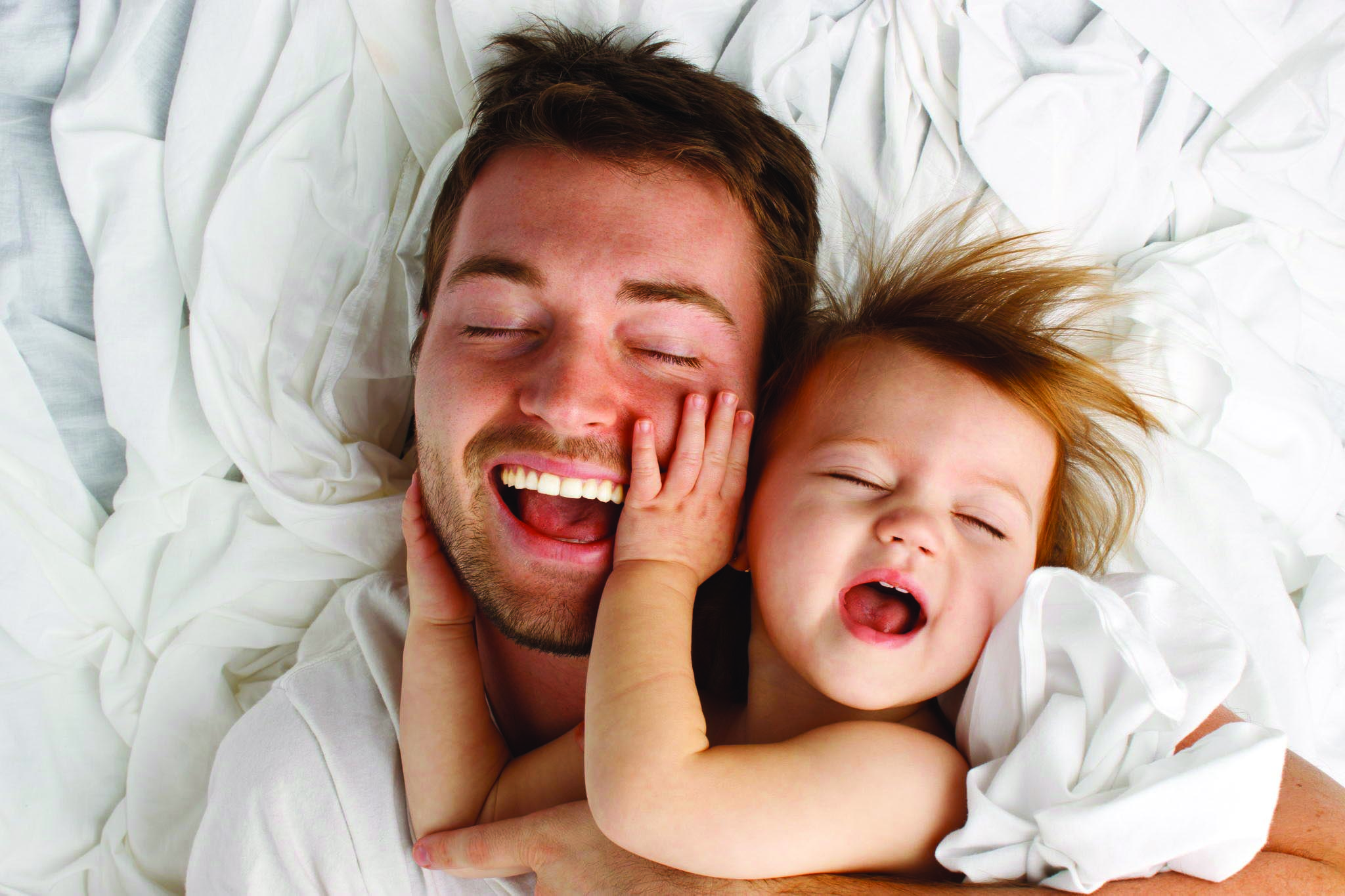 Hình ảnh cha bên con gái bé bỏng trông rất hạnh phúc