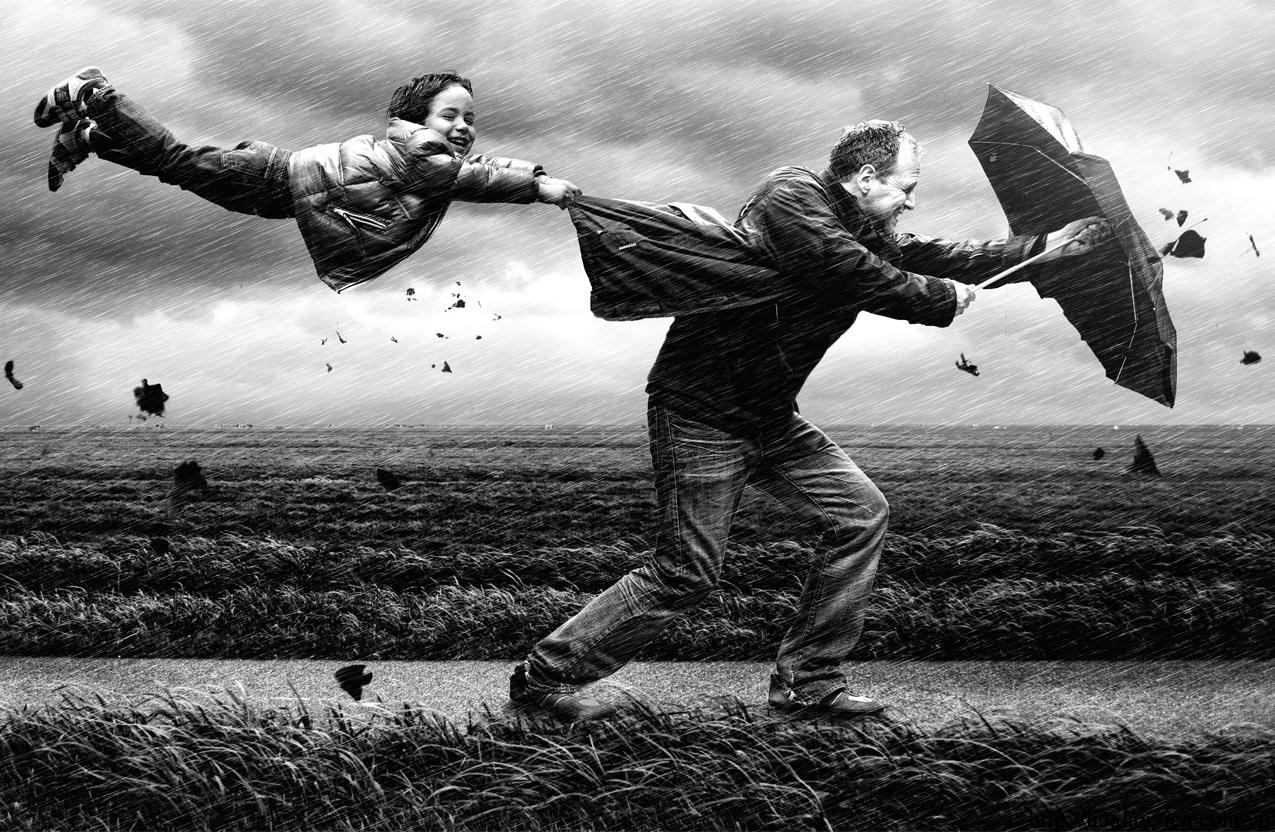 Hình ảnh cha con cùng bên nhau vượt gió bão