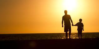 Hình ảnh cha con đứng trên bờ biển hoàng hôn