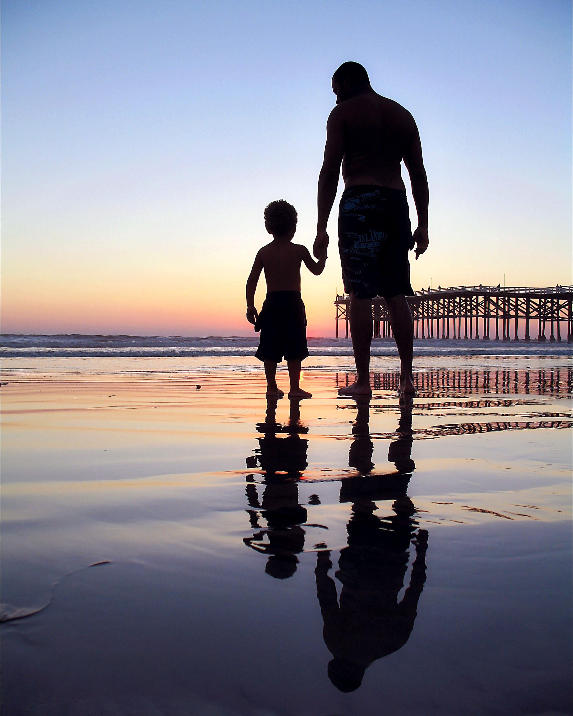 Hình ảnh cha dắt tay con đứng trên mặt biển