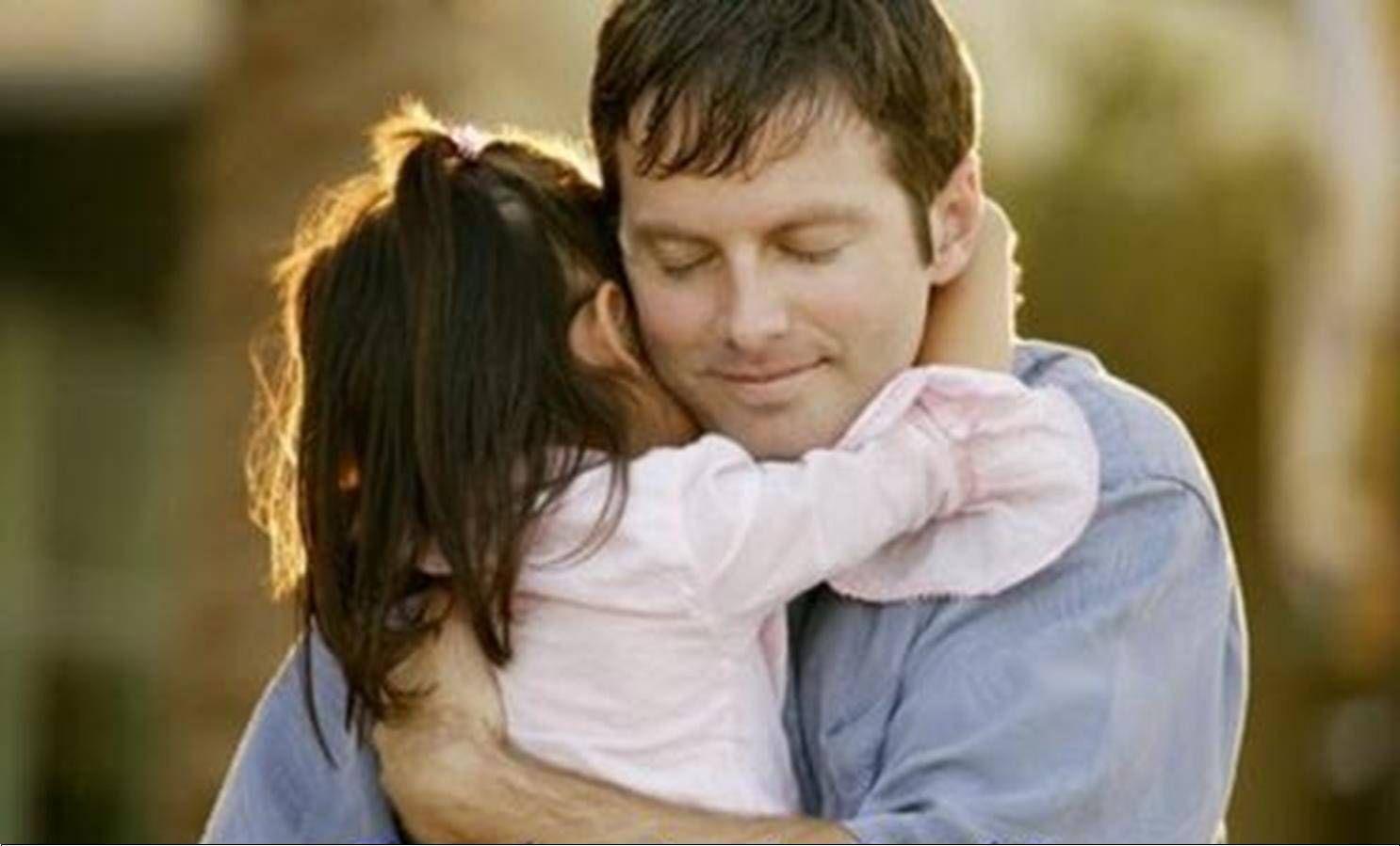 Hình ảnh cha ôm con gái rất hạnh phúc