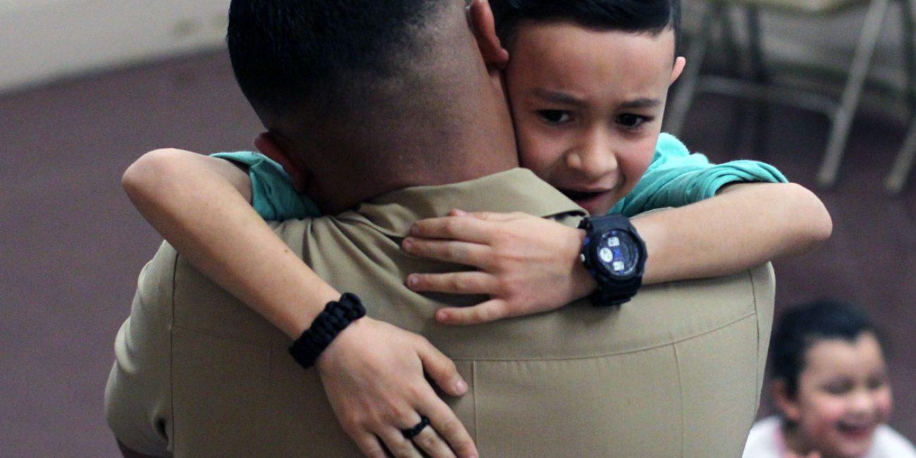 Hình ảnh cha ôm con rất hạnh phúc